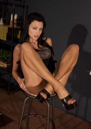 aletta_ocean_teasing_in_her_ph_and_heels