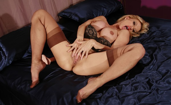 jb-video-blonde-in-stockings-masturbating